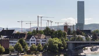 Neben dem Roche Turm stehen wegen der entstehenden Neubauten besonders viele Kräne, hier von der Pfalz beim Münster her gesehen.