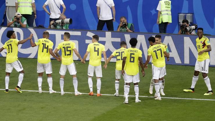 Kolumbiens Spieler lassen sich von den Fans feiern. Dank dem 1:0-Sieg gegen Senegal qualifizieren sie sich als Gruppenerster für das Achtelfinal.