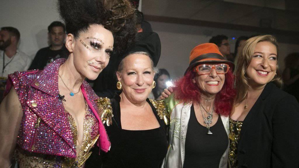 Susanne Bartsch (l), neben Hollywood-Star Bette Midler, Fashion Stylistin Patricia Field und Sophie von Haselberg Mitte September auf der New Yorker Fashion Week (Archiv).
