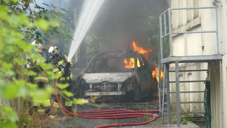 Zwei Autos und ein Holzunterstand brennen an der Käppelihofstrase in Solothurn .
