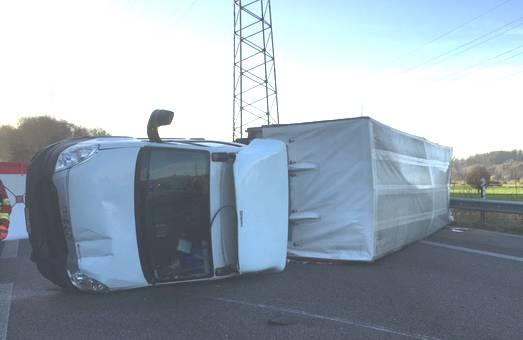 Nach einem Unfall mit drei Lieferwagen ist die Autobahn A1 bei Suhr (Richtung Bern) gesperrt.
