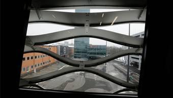 Wie erstarrte Wellen präsentiert sich die Sichtfassade der Messe Basel, welche die Rytz AG nach Plänen von Herzog & de Meuron fertigte.