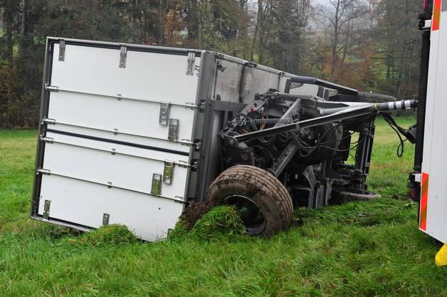 Der Lastwagen samt Anhänger kippte beim Unfall.