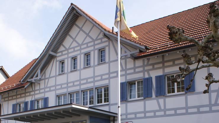 Hinter dem Gemeindehaus ist eine Tiefgarage geplant.