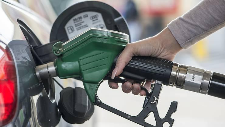 Während ein Autofahrer sein Fahrzeug tankte, zündete ein anderer Mann den Tankschlauch an. (Symbolbild)