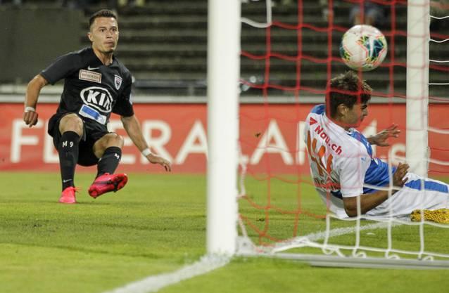 FCA-Doppeltorschütze Liridon Balaj hat keine Mühe, den Ball zum 2:0 im GC-Gehäuse zu versenken.