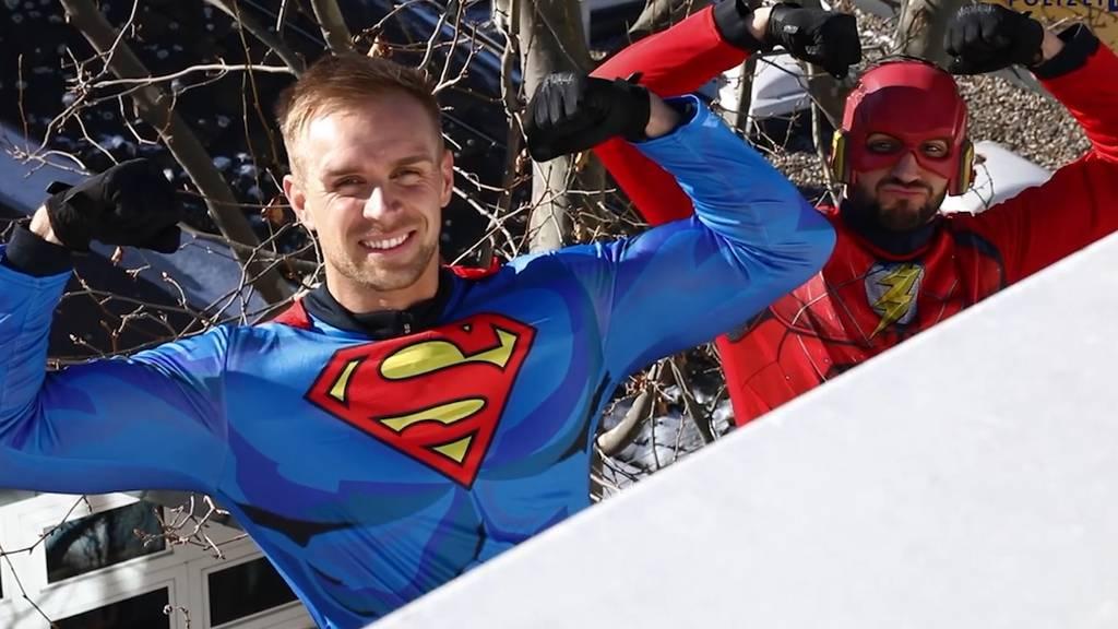 Polizisten überraschen als Superhelden krebskranke Kinder