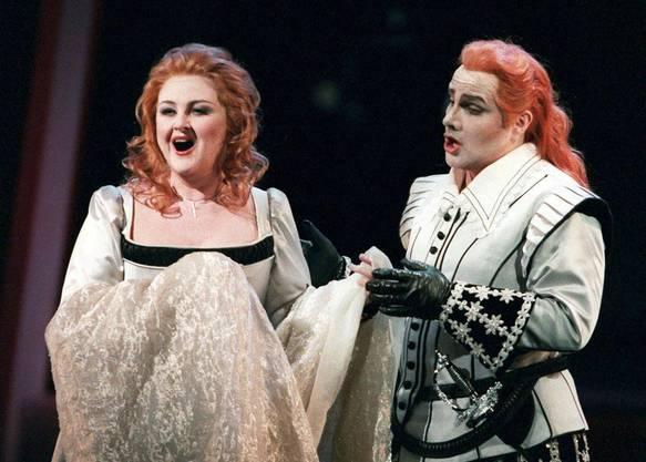 Edita Gruberova (links) und Laszlo Polgar (rechts) in Bellinis Oper I puritani, die am Sonntag 15. November 1998 im Zuercher Opernhaus Premiere feierte. Im Mittelpunkt der Zuercher Neuinszenierung von Bellinis letzter Oper, die kurz vor seinem fruehem Tod im Jahre 1935 zur Urauffuehrung kam, steht Edita Gruberova als eine der groessten Koloratursopranistinnen unser Zeit.