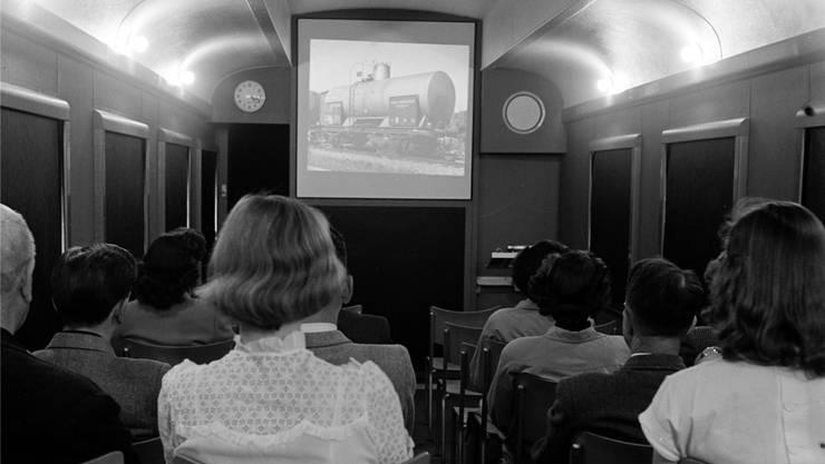 Die Tonbildschauen wurden teilweise im mobilen Kinowagen zu Schulungszwecken vorgeführt, wie auf dem Foto von 1951.