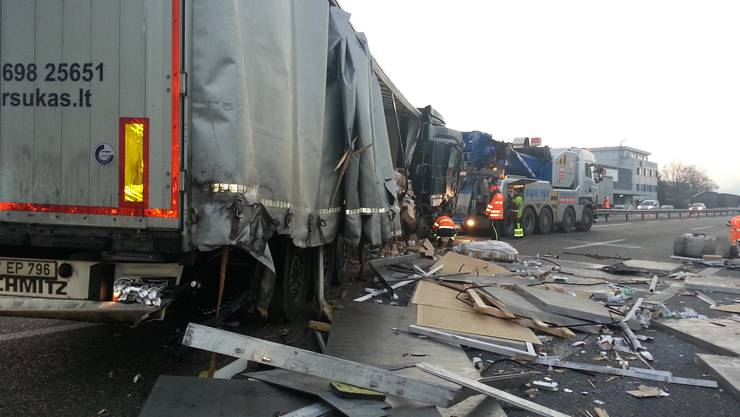 Der Lastwagen ist stark beschädigt
