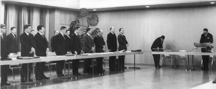 An der ersten Einwohnerratsitzung am 21. Januar 1966 mussten als Erstes alle Einwohnerräte vereidigt werden. Am rechten Bildrand steht der damalige Gemeindeammann Lothar Hess am Stehpult. (Archiv/az)