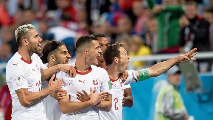 Der fatale Jubel: Die Schweizer Nationalspieler freuen sich mittels Doppeladler über die Tore im WM-Spiel gegen Serbien.