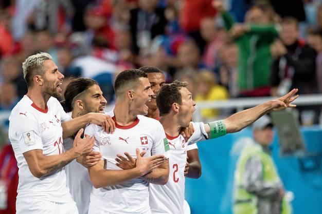 Lichtsteiner in Aktion: Hier feiert er mit seinen Teamkollegen das 1:1 im WM-Spiel gegen Serbien.