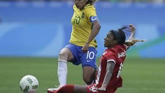 Hier wird Brasil-Star Marta einmal mehr hart attackiert
