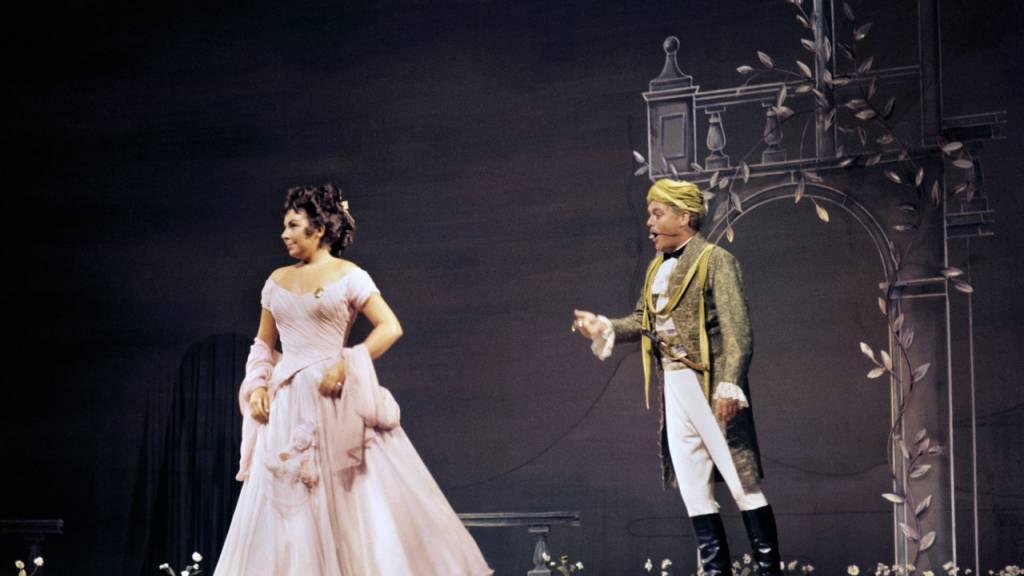 ARCHIV - Christa Ludwig und Hermann Prey in einer Szene der Oper Cosi Fan Tutte von Wolfgang Amadeus Mozart (undatierte Aufnahme). Foto: Gerhard Rauchwetter/dpa