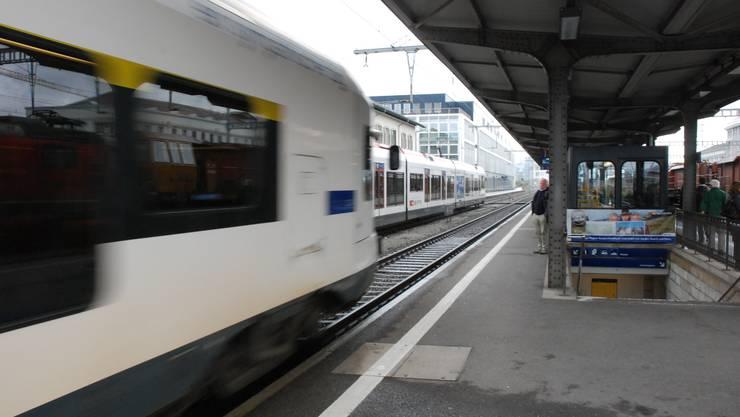 Einfahrender Zug im Bahnhof Zofingen (Archivbild).