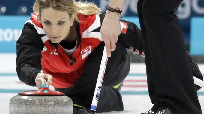 Silvana Tirinzoni bei der behutsamen Steinabgabe