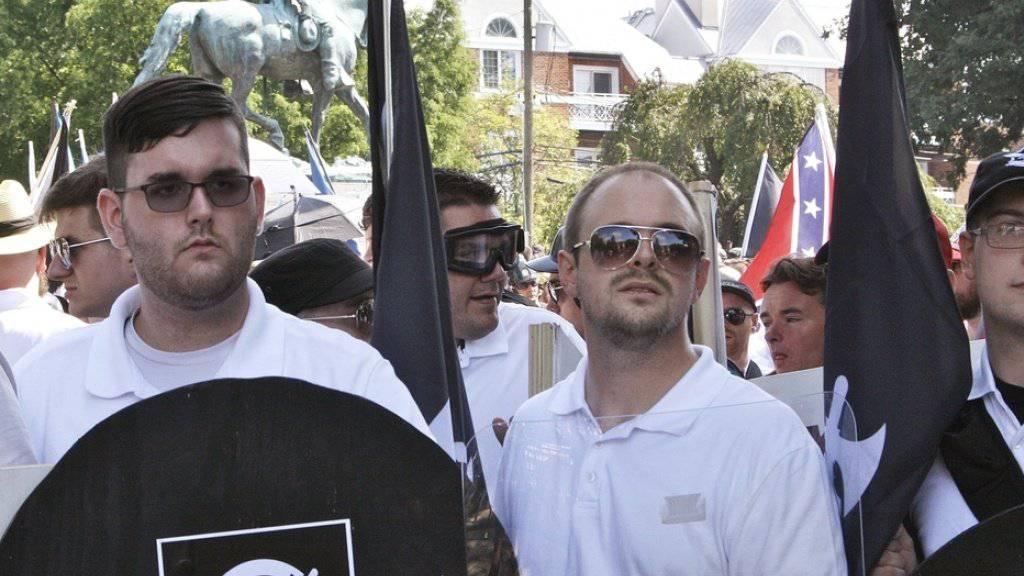 James Fields (l.) und Gleichgesinnte am 12. August 2017 an der Kundgebung in Charlottesville. (Archivbild)
