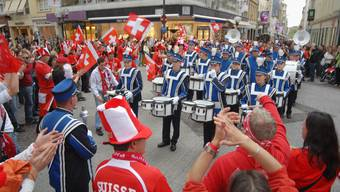 Fusion der friedlichen Art: Aargauer Fans und Musikanten begegnen sich und veranstalten dann einen gemeinsamen Umzug durch die Innenstadt. (Bild: Walter Schwager)