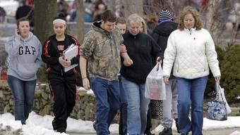 Schüler und Eltern verlassen die betroffene Schule