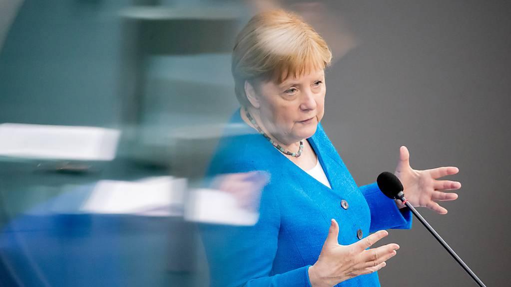 Bundeskanzlerin Angela Merkel (CDU) spricht bei der Regierungsbefragung während der Plenarsitzung im Deutschen Bundestag.