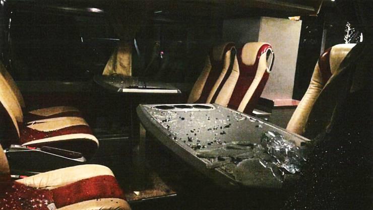 Nachdem der LHC Lausanne im letzten Dezember das Eishockey-Spiel gegen Genf-Servette mit 0:3 verloren hatte, bewarfen zwei frustrierte LHC-Fans den gegnerischen Mannschaftsbus mit Steinen. Im Innern des Busses sind die Scherben der zerbrochenen Fensterscheiben zu sehen. (Bild: zvg.)