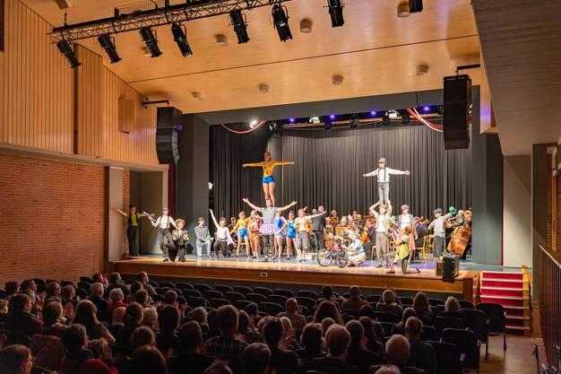Auftritt des Kinderzirkus Pitypalatty in der zweiten Hälfte des Konzerts