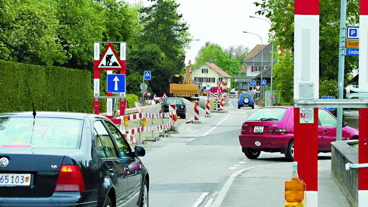 Es ist eng: Das Zentrum von Utzenstorf kann zurzeit nur im Kreisverkehr befahren werden. (Bild: Andrea Flückiger)