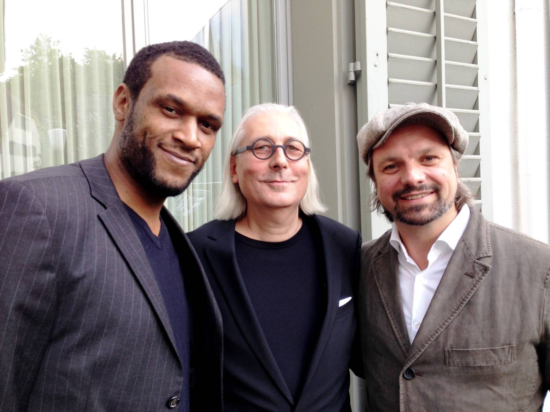 Billy (links) und Henning (rechts) von den Söhnen Mannheims mit Urs Leierer, Direktor des Blue Balls-Festivals Luzern.