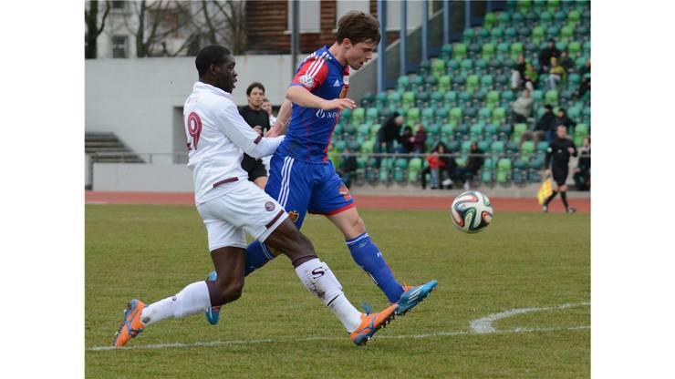 Valentin Stocker erzielt  das 2:0 für Basel, Verteidiger Servette Christopher M'Fuy kommt zu spät.