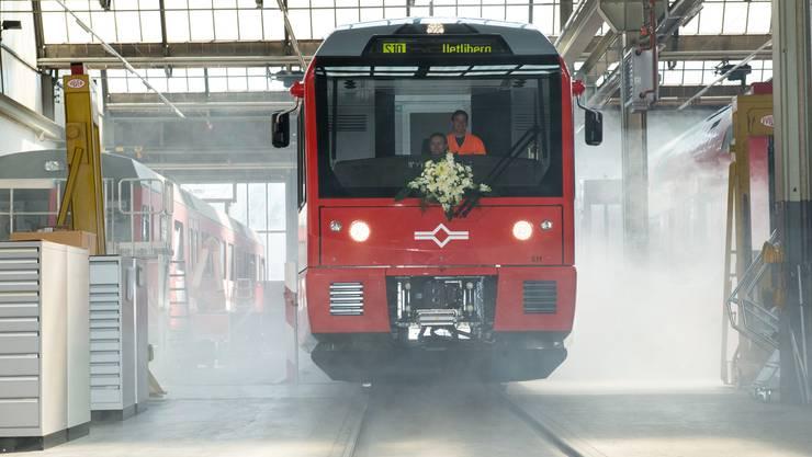 Die neue Uetlibergbahn fährt ein mit viel Rauch bei der Präsenation am 5. Juni 2013.