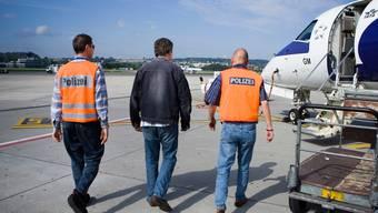 Ein Ausländer auf dem Weg zum Ausschaffungsflug. Symbolbild.