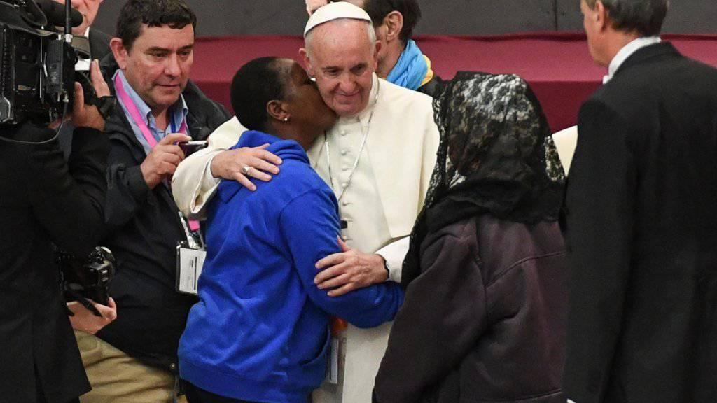 Papst Franziskus hat eine Audienz für Tausende Obdachlose aus aller Welt gegeben - und ist mit ihnen auf Tuchfühlung gegangen.