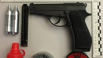 Die sichergestellte Waffe und die Munition