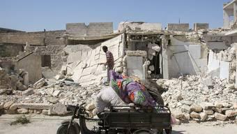 Trümmer in einem Vorort von Aleppo - Hilfslieferungen für Syrerinnen und Syrer lassen trotz der Waffenruhe noch auf sich warten. (Archiv)