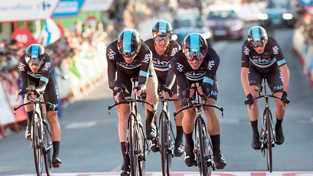 Der Brite Peter Kennaugh überquert in Castrelo de Mino als erster Fahrer des Teams Sky die Ziellinie