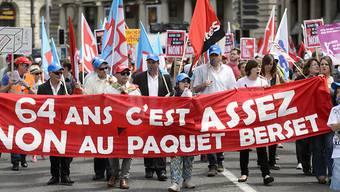 Rund 700 Personen haben am Samstagnachmittag in Lausanne lautstark und farbenfroh gegen die von Bundesrat Alain Berset vorgeschlagene AHV-Reform demonstriert