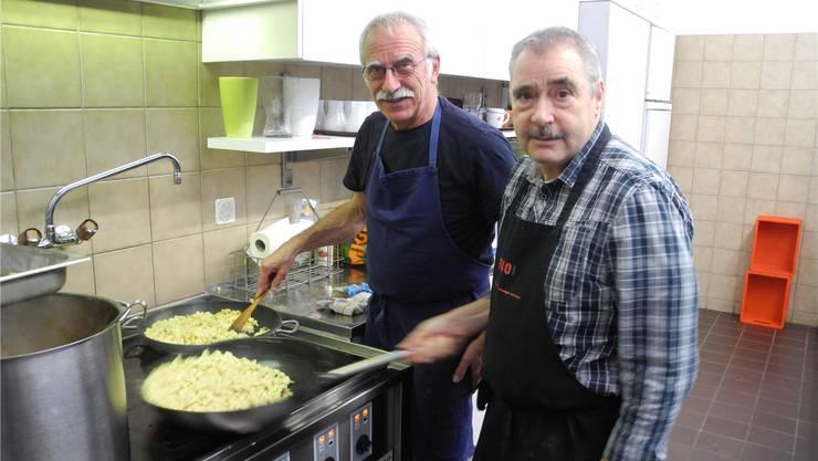 Die Köche des Tages: Bruno Essig und Constantin Berther braten die Spätzli für den Hauptgang an.