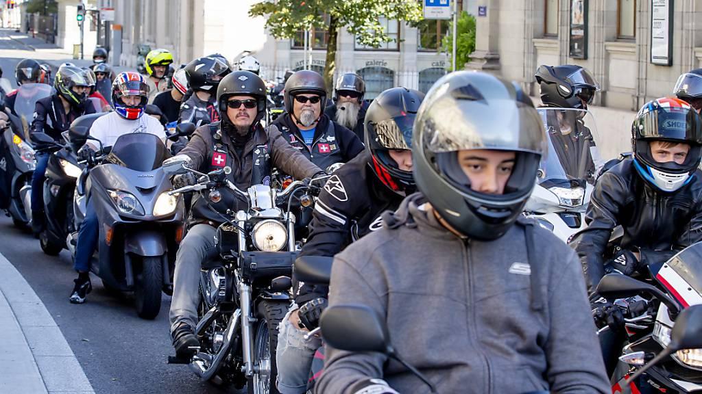 Dutzende Menschen haben in der Genfer Innenstadt am Samstag gegen den möglichen Abbau von rund viertausend Parkplätzen demonstriert.