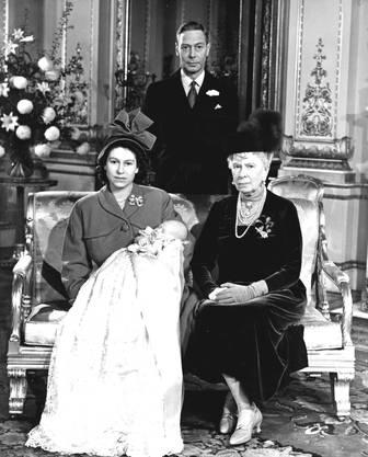 Prinz Charles ist der älteste Sohn von Queen Elisabeth II. und Prinz Philipp. Hier im Bild noch mit seinen Grosseltern Queen Mary und King George VI.