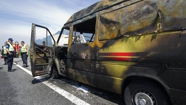 Das ausgebrannte Ambulanzfahrzeug auf der Autobahn A9