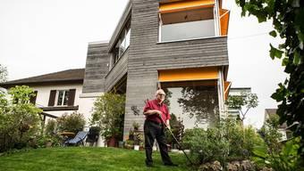 Gérald Erne vor seinem Wohnhaus am Philosophenweg: Er hat vorgesorgt und sein «Stöckli» altersgerecht gebaut.