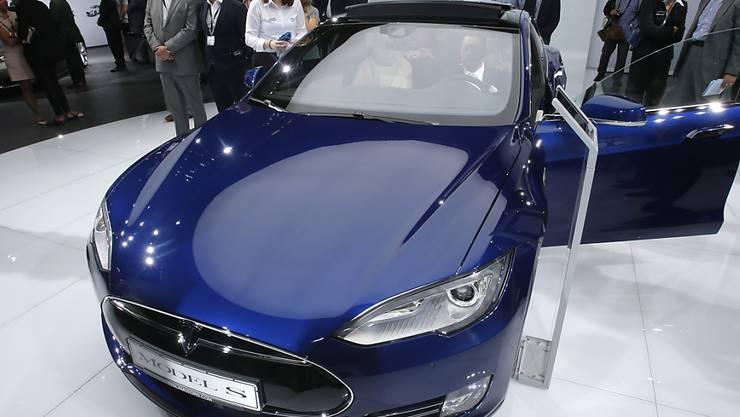 Nach einem tödlichen Unfall mit einem selbstfahrenden Tesla Elektro-Auto soll Firmenchef Elon Musk Ende des Monats vor einem Ausschuss des US-Senats erscheinen. (Bild Archiv von der Frankfurter Mobil-Ausstellung 2015)