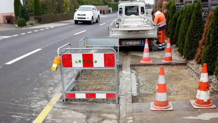 Die Swisscom hat die kürzlich mit einem neuen Flüsterbelag versehene Bahnhofstrasse in Lüterkofen-Ichertswil schon wieder aufgerissen.