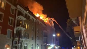 Am Dienstagabend brach im Dachstock eines Wohngebäudes im Zürcher Seefeld ein Feuer aus. Das Gebäude befand sich zum Zeitpunkt des Vorfalls im Umbau.