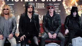 Tommy Lee (3.v.l.) der Rockband Mötley Crüe musste bei seinem Schlagzeugsolo in Los Angeles in luftiger Höhe ausharren (Archiv)