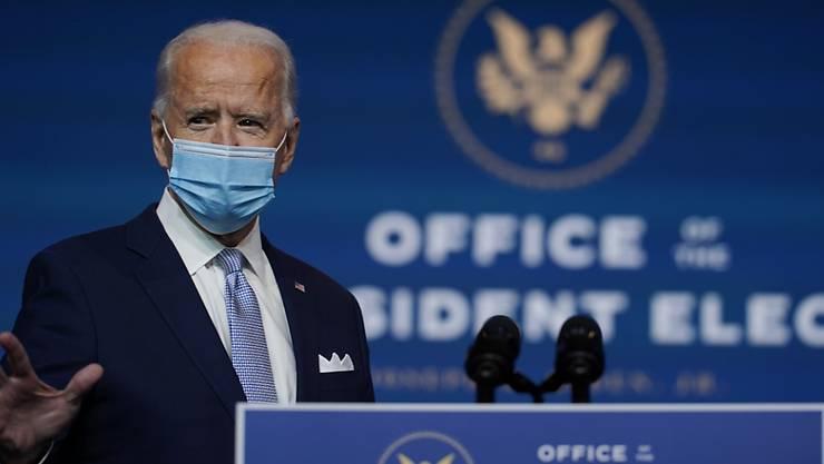 Joe Biden, Gewählter Präsident (President-elect) der USA, trifft mit Mund-Nasen-Schutz zur Vorstellung von Ernannten und Nominierten für die Schlüsselpositionen des neuen Kabinetts unter dem gewählten Präsidenten Biden und der gewählten Vizepräsidentin Harris im Queen Theatre ein. Foto: Carolyn Kaster/AP/dpa