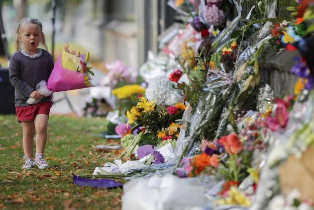 Blumen zum Gedenken für die Opfer am Botanischen Garten in Christchurch.