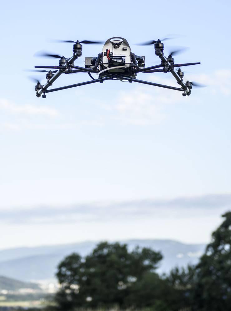 Die Drohne sucht mit einer Wärmebildkamera nach Rehkitzen im Feld. Archiv