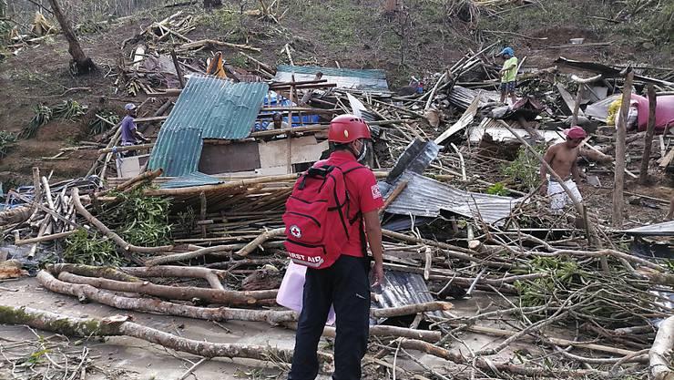 HANDOUT - Ein freiwilliger Helfer vom Philippinischen Roten Kreuz blick die Schäden nachdem Taifun Goni auf die Provinz Catanduanes traf. Foto: Uncredited/PHILIPPINE RED CROSS/AP/dpa - ACHTUNG: Nur zur redaktionellen Verwendung im Zusammenhang mit der aktuellen Berichterstattung und nur mit vollständiger Nennung des vorstehenden Credits